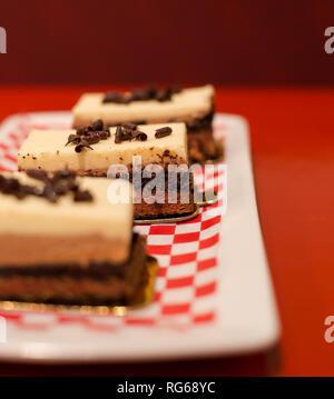Tres capas de mousse de chocolate cake en una placa blanca.