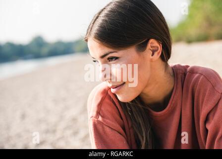 Retrato de mujer sonriente al aire libre