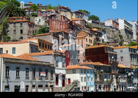 14.06.2018, Porto, Portugal, Europa - casas residenciales en una colina a lo largo del río Duero.