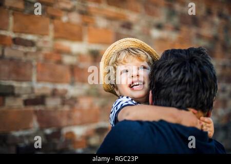 Retrato de niño feliz en los brazos de su padre Foto de stock