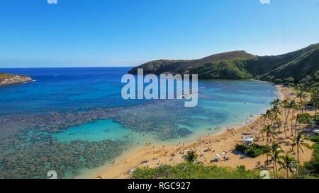 Plano amplio de la playa y el arrecife en el popular lugar de snorkel, Hanauma Bay