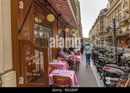 La gente sentada en una mesa comiendo al aire libre, en la Fontaine de Mars, un restaurante francés en la Rue Saint-Dominique , en un día de verano en Paris