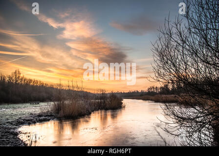 Río congelado y reedlands en frío invierno mañana con el espectacular cielo matutino en Diemerbos, Diemen, Holanda. HDR