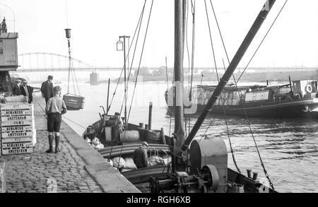 1937 Barcaza descarga carga en Arnhem. En el fondo se puede ver el puente involucrados la operación Market Garden en 1944. La grúa ha sido restaurada.