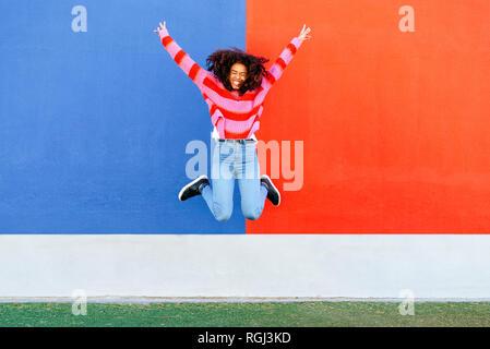 Feliz joven saltando en el aire
