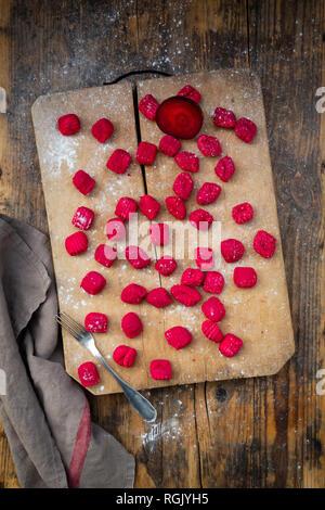 Ñoquis de remolacha sobre una tabla de cortar Foto de stock