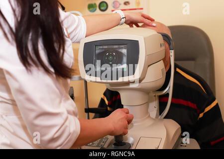Mujer médico oftalmólogo para comprobar la calidad de la visión del ojo. Concepto de diagnóstico y tratamiento de la miopía, hipermetropía. hembra óptico ojo haciendo check up