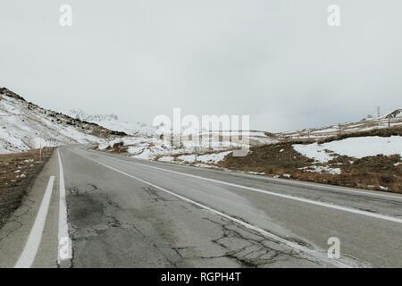 Recorrido entre montañas nevadas en los Pirineos Foto de stock