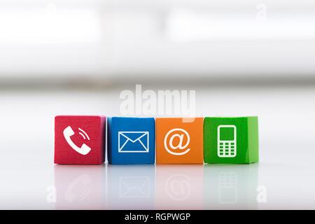 Contactenos concept con coloridos Símbolo de bloque de dirección, teléfono, correo electrónico y teléfono móvil.