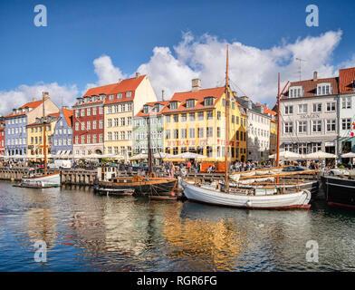 23 de septiembre de 2018: Copenhague, Dinamarca - El muelle de Nyhavn, un antiguo puerto de pescadores y ahora una zona de ocio y turismo con histórico...
