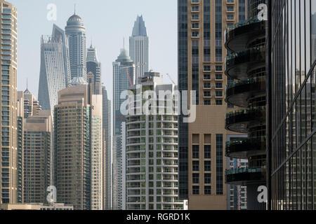 DUBAI, EMIRATOS ÁRABES UNIDOS - Febrero 15, 2018: la vista de los modernos rascacielos en la luz de la mañana en el puerto deportivo de Dubai, EAU Foto de stock