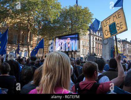 Sadiq Khan en la pantalla del televisor en el voto popular de marzo de Londres