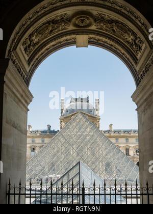 En Francia, el 7 de mayo: vista exterior de la famosa pirámide y el Museo del Louvre, el 7 de mayo de 2018, en París, Francia