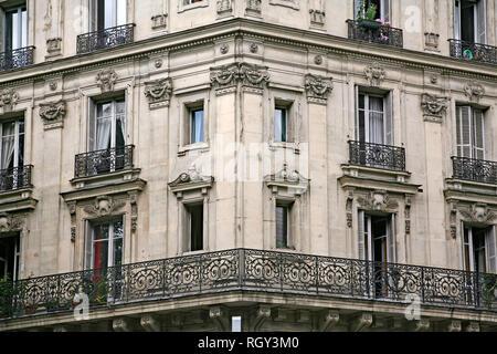 Fachada y balcón del edificio adornado con arquitectura típica del siglo XIX del centro de París