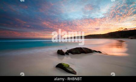 El arte bello atardecer sobre la playa tropical