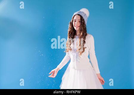 Retrato de hermosas chicas bajo la nieve en invierno Foto de stock