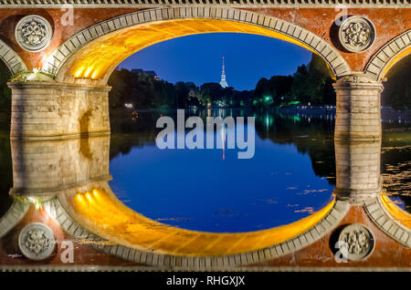 Turín (Torino) Ponte Isabella y el río Po en el Blue Hour con Mole Antonelliana en el fondo3