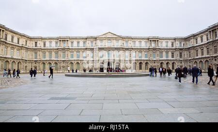 París, Francia - 10 de noviembre de 2018, - Vista del famoso Museo del Louvre en invierno y un día lluvioso. Museo del Louvre es uno de los museos más grande de todo el mundo