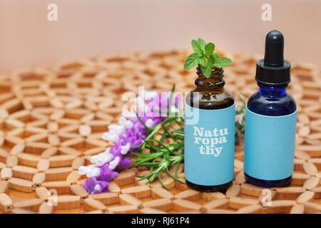 Medicina naturópata patrañas en botellas de vidrio con hierbas y plantas naturales.