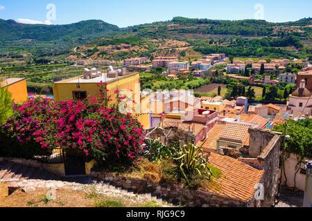 Bosa, Cerdeña / Italia - 2018/08/13: Vista panorámica de la ciudad de Bosa y colinas circundantes visto desde la colina del castillo Malaspina, conocido también como Castillo o