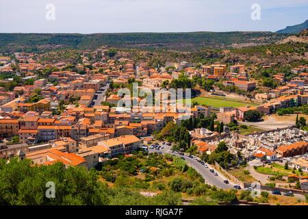 Bosa, Cerdeña / Italia - 2018/08/13: Vista panorámica de la ciudad de Bosa y colinas circundantes visto desde la colina del castillo Malaspina