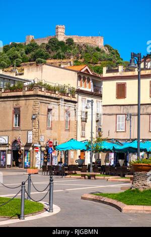 Bosa, Cerdeña / Italia - 2018/08/13: el Memorial de los Caídos - Via Giobetti street, en la ciudad de Bosa el centro de la ciudad con el castillo de Malaspina, conocido como Cast