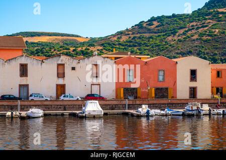 Bosa, Cerdeña / Italia - 2018/08/13: Vista panorámica del casco antiguo de Bosa por el terraplén del río Temo con coloridos conventillos y boa
