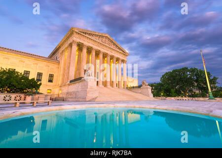 Edificio de la Corte Suprema de los Estados Unidos al anochecer, en Washington DC, Estados Unidos.