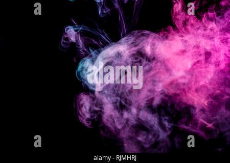 El arte abstracto de color azul y rosa humo negro sobre fondo aislados. Detener el movimiento del humo multicolor sobre fondo oscuro