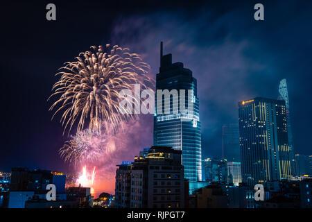 Ho Chi Minh, Vietnam, el 4 de febrero de 2019: celebración del Año Nuevo Lunar. Skyline con fuegos artificiales iluminan el cielo sobre el distrito de negocios