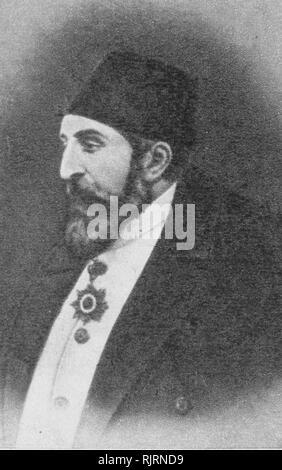 Abdul Hamid II (1842 - 1918), sultán del Imperio Otomano; último sultán para ejercer un control eficaz sobre el estado. Supervisó un período de declive, con rebeliones, particularmente en los Balcanes, y una fallida guerra con el Imperio Ruso. Él gobernó desde 1876 hasta que fue depuesto poco después de la revolución de 1908 jóvenes turcos, en 1909.