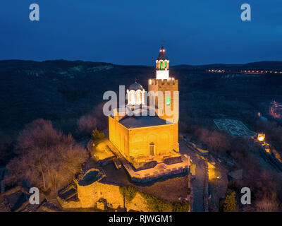 Drone vista nocturna de la catedral patriarcal de San ascensión en la Fortaleza de Tsarevets en Veliko Tarnovo en Bulgaria - Imagen
