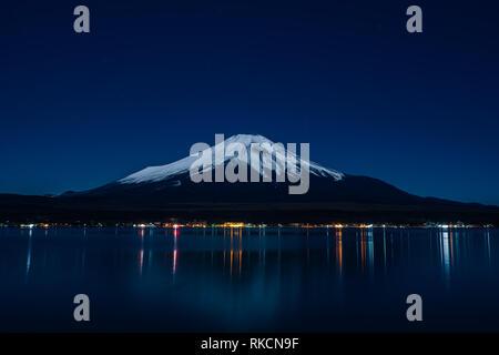 Nightview del Monte Fuji desde el lago Yamanaka en invierno.