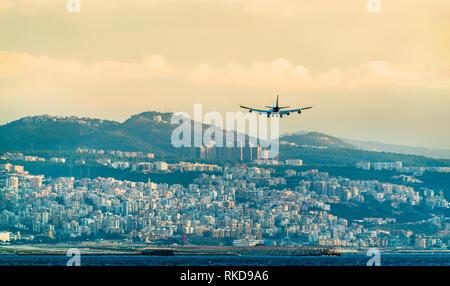 Avión en aproximación final al aeropuerto internacional de Beirut, Líbano