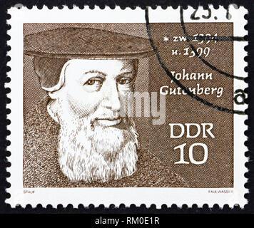 Rda - circa 1970: un sello impreso en RDA muestra Johann Gutenberg, grabador, inventor y la impresora, circa 1970