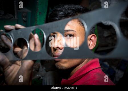 Los trabajadores de una fábrica Spoon-Making reciclaje de acero y acero fábrica de cuchara en Dhaka. Muchos niños labores están trabajando una cuchara en fábrica Hajaribag