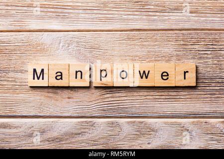Hombre de poder palabra escrita sobre un bloque de madera. Man Power texto sobre mesa de madera para su diseño, concepto.