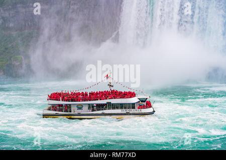 Toronto, 29 SEP: Cerca de la hermosa caída de herradura con nave cercana en Septiembre 29, 2018 en Toronto, Canadá