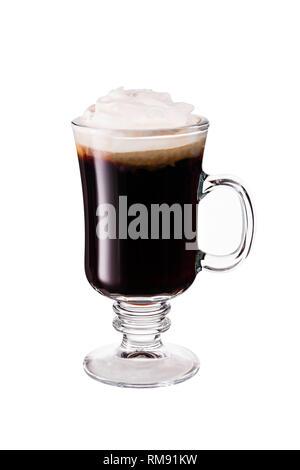 Calentar el Whiskey Irlandés Cóctel de café en blanco con un trazado de recorte