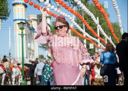"""España, Sevilla: la """"Feria de Abril"""", la Feria de Abril de Sevilla, es el festival más importante de la Semana Santa, además de la Semana Santa. Toda una neighbou Foto de stock"""