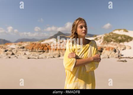 Pensativo joven caminando en la playa