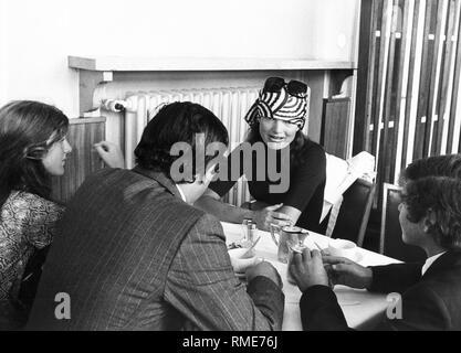 Jackie Kennedy, la ex Primera Dama, hablando con periodistas durante una visita a Munich.