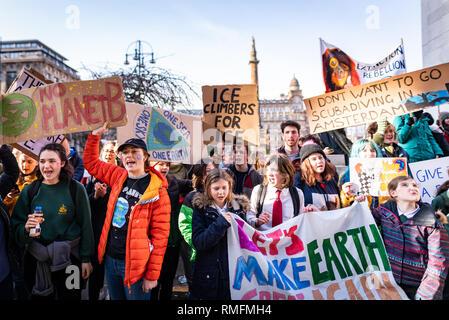 Glasgow, Reino Unido. 15 de febrero de 2019. Los niños se reúnen en frente de cámaras de la ciudad de Glasgow como parte del cambio climático la huelga de protesta. Cientos de estudiantes y alumnos de toda Escocia tomó parte en esta semana la primera en todo el Reino Unido juventud huelgas, llamando a los gobiernos de todo el mundo a tomar medidas urgentes sobre el cambio climático. Crédito: Andy Catlin/Alamy Live News