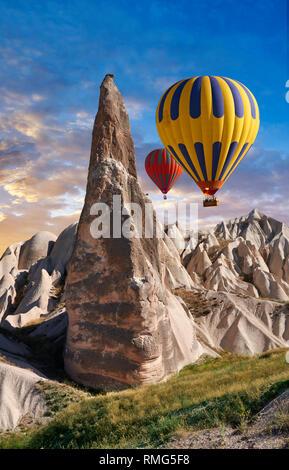 Fotos e imágenes de globos de aire caliente a través de las chimeneas de hadas pilar formaciones rocosas cerca de Goreme, Capadocia, Nevsehir, Turquía