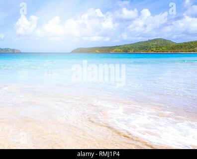 Hermosa impresionante playa de arena de color dorado con suaves olas aisladas con soleado cielo azul. Concepto de turismo calma tropical idea, copiar el espacio, cerrar