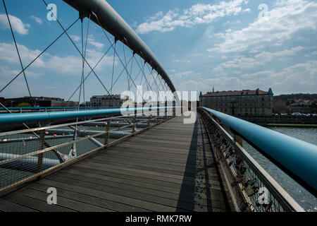 Un nuevo puente de peatones y bicicletas cruza el río Vístula, en Cracovia, Polonia. Foto de stock