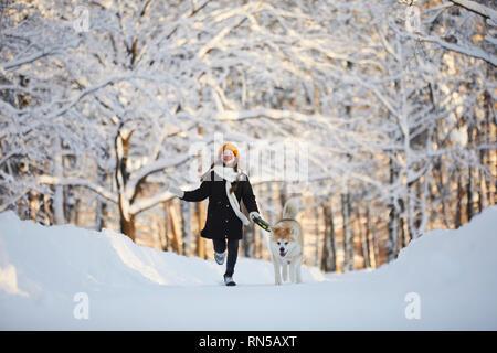 Chica caminar perro en Winter Park