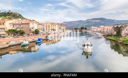 Vista desde el puente de Bosa, una pequeña aldea coloful en Cerdeña, Italia