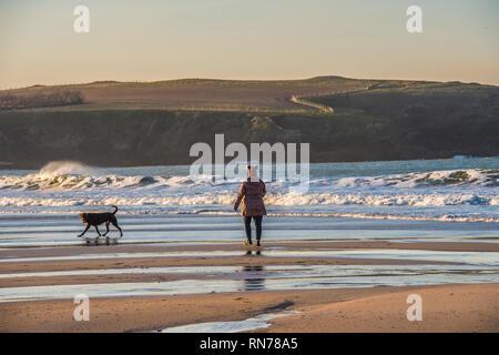 Caminar perro en Cornualles en sunset beach