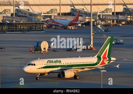 Munich, Alemania. 14 Feb, 2019. EI-OMI - Airbus A319-112 - Alitalia en tierra, el tráfico aéreo, a volar. La aviación. El Aeropuerto Franz Josef Strauss de Munich.Munich.   Uso de crédito en todo el mundo: dpa/Alamy Live News
